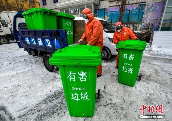 资料图:2月1日,新疆乌鲁木齐市长江路片区管委会有害垃圾集中收集点,防疫人员身穿隔离服、佩戴口罩、护目镜等防护装备将从各个社区运送来的有害垃圾进行集中处置。据介绍,该管委会所在的乌鲁木齐市沙依巴克区共设置有害垃圾集中收集点32个,配发专用垃圾桶686个,专门用于回收、处置居家隔离人员废弃的口罩、手套等有害垃圾,并由全封闭转运车集中运送至指定地点,进行集中处置,避免二次污染。<a target='_blank' href='http://www.chinanews.com/'>中新社</a>记者 刘新 摄