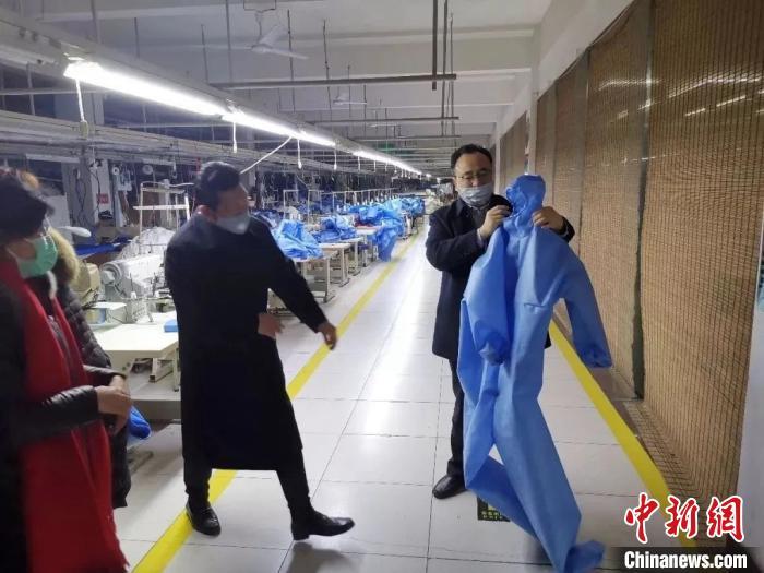 归国留学人员开办的企业加班加点为抗疫一线制作防护服。青岛欧美同学会供图