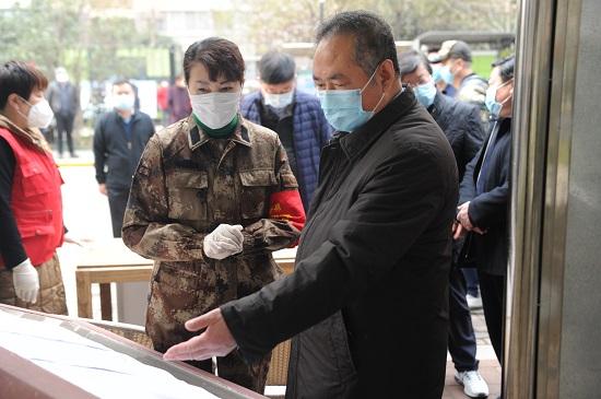图1:陕西省民政厅郭社荣厅长(右一)详细了解社区联防联控情况.jpg