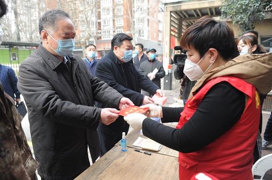 图3:陕西省民政厅郭社荣厅长(左一)看望慰问社区一线防疫工作者.jpg