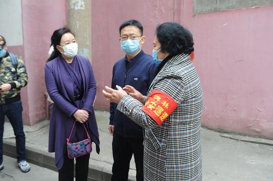 图4:陕西省福彩中心李哲宏主任(中)详细了解社区防控措施.jpg