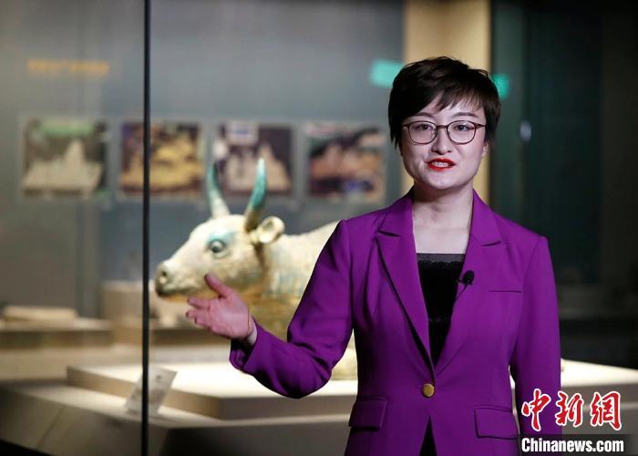 """宁夏博物馆讲解员周文訸介绍镇馆之宝西夏""""鎏金铜牛""""。 于晶 摄"""