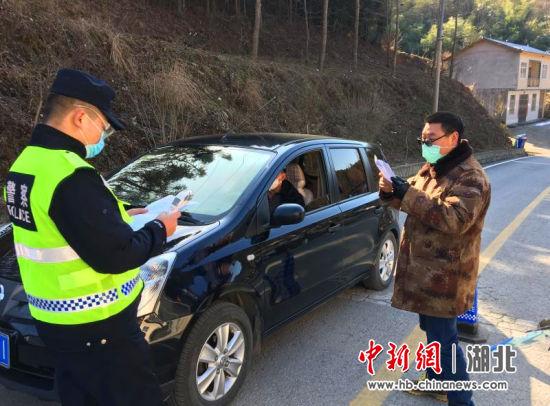 陈学文(右一)查看通行车辆证件 冯南京供图