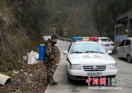 李明为车辆消毒 冯南京供图