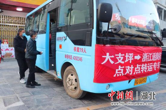 10名返岗人员体检合格后统一乘车返岗 冯南京供图