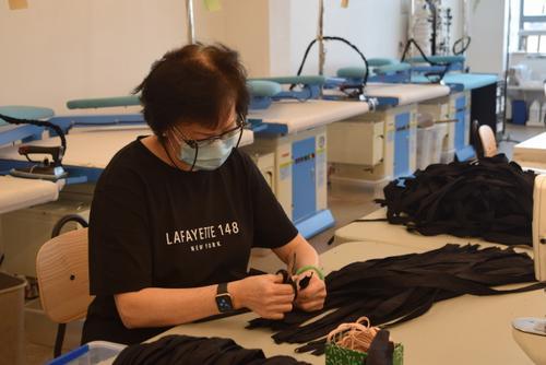 响应纽约市政府征召美国华人时装公司制防护服