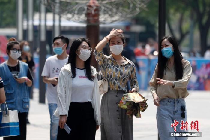 """5月2日,""""五一""""假期的第二天,北京持续高温天气。图为民众戴口罩出行。<a target='_blank' href='http://www.chinanews.com/'>中新社</a>记者 韩海丹 摄"""