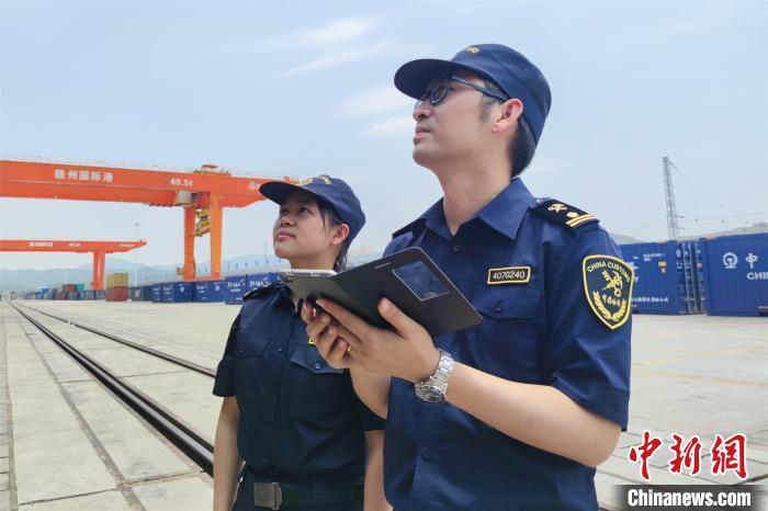 图为赣州海关工作人员查验货物。 赣州海关供图 摄