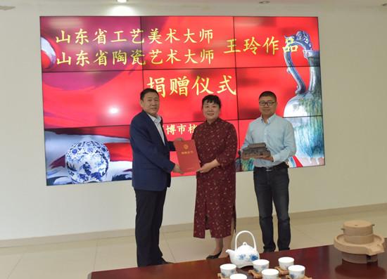 山东省陶瓷艺术大师王玲(右二)作品捐赠仪式在淄博市档案馆举行。_副本.jpg