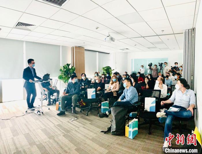 5月13日至14日,40余位外国记者们深入体验了企业复工复产的防疫措施。 北京市政府外办供图 摄