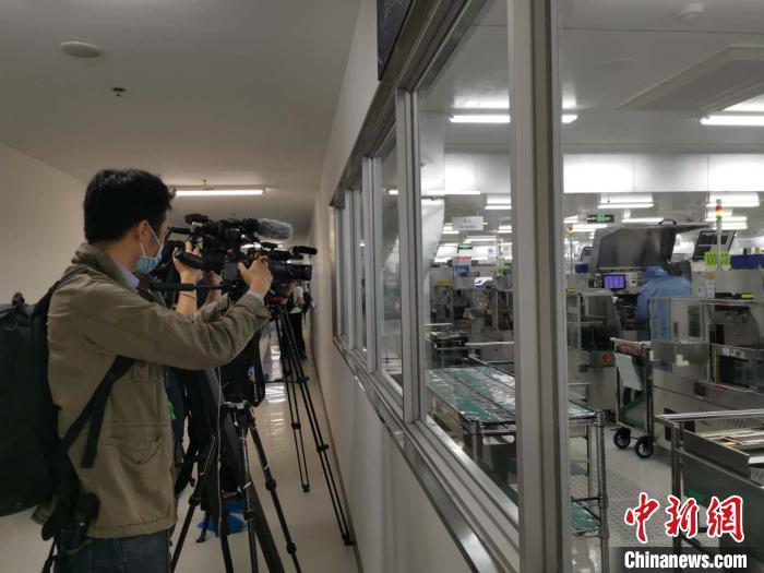 40余位外媒记者探访北京复工企业感受科技防疫