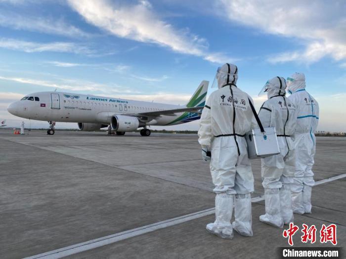图为兰州中川机场海关工作人员在停机坪等候水果包机降落。 杨冰玉 摄