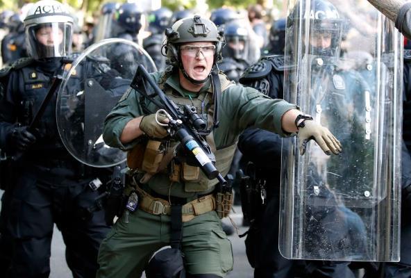 <b>美警察向白宫外和平抗议者射催泪瓦斯 市长怒斥</b>