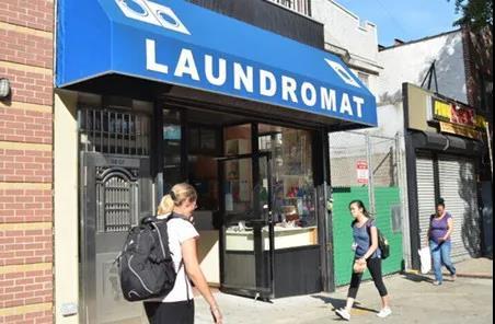 资料图:美国纽约一家华裔洗衣店。(美国《世界日报》/朱泽人 摄)