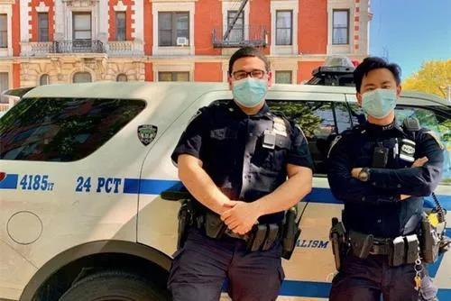 林嘉赐(右)和搭档劝退轻生者。(美国《世界日报》纽约市警供图)