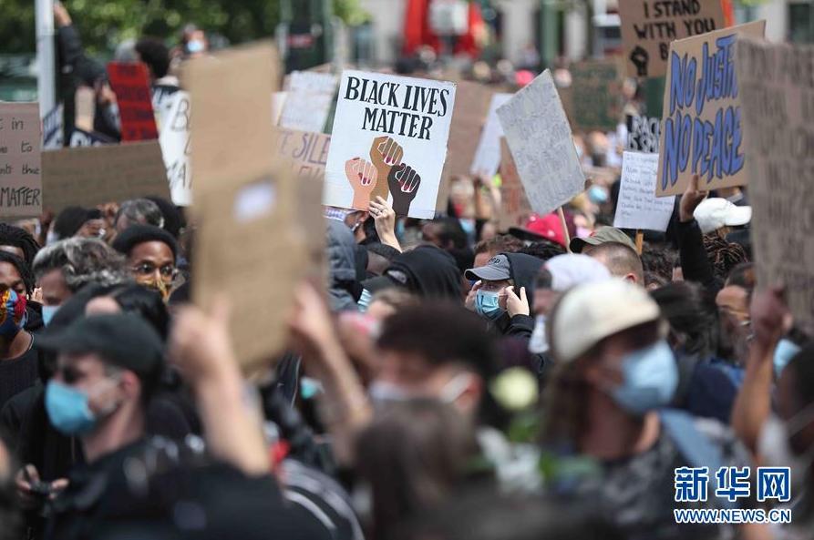 比利时举行示威活动抗议美国警察暴力执法和种族主义