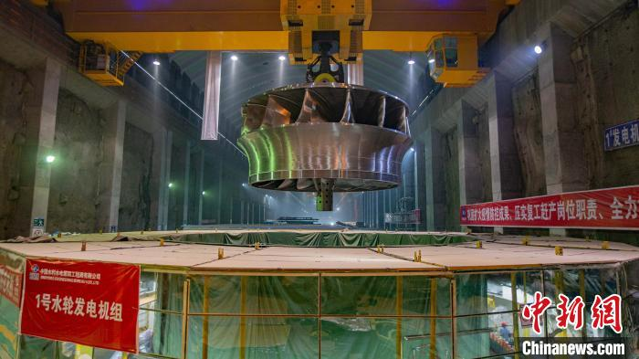 全球首台百万千瓦水电机组转轮吊装现场 黄春江 摄