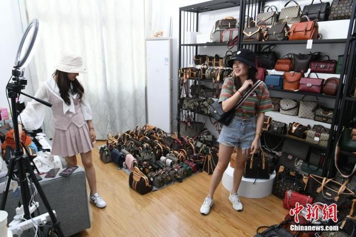 资料图:主播在店铺内通过线上直播销售商品。<a target='_blank' href='http://www.chinanews.com/'>中新社</a>记者 韩苏原 摄