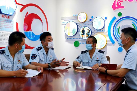 郭宗晨劳模工作室内,成员们一起探讨创新工作方法.jpg