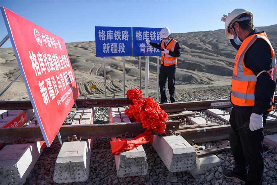 (经济)(2)格库铁路全线铺通 新疆青海两段铁路顺利接轨