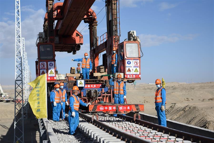 (经济)(1)格库铁路全线铺通 新疆青海两段铁路顺利接轨