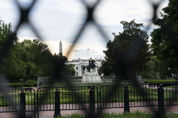 这是7月23日在美国华盛顿透过铁丝网拍摄的白宫。(新华社)
