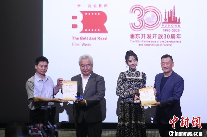 """""""一带一路""""电影周邀请两位电影人涂们(左2)和白百何(右2)担任推广大使。 张亨伟 摄"""
