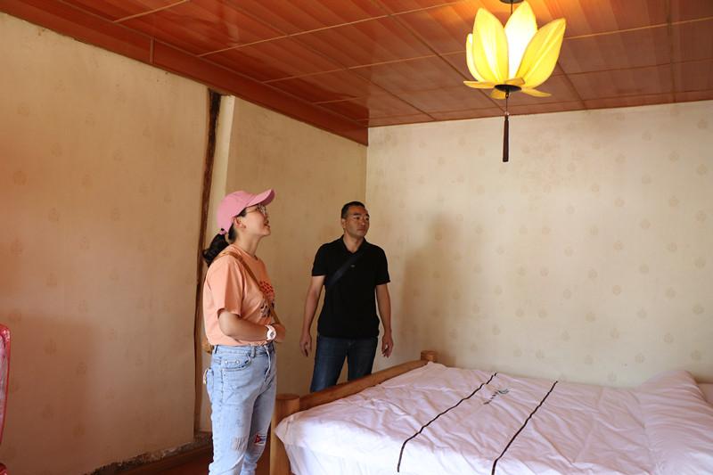 7月3日,在山邑社区,镇村两级工作人员查看刘茂达家的民宿.JPG