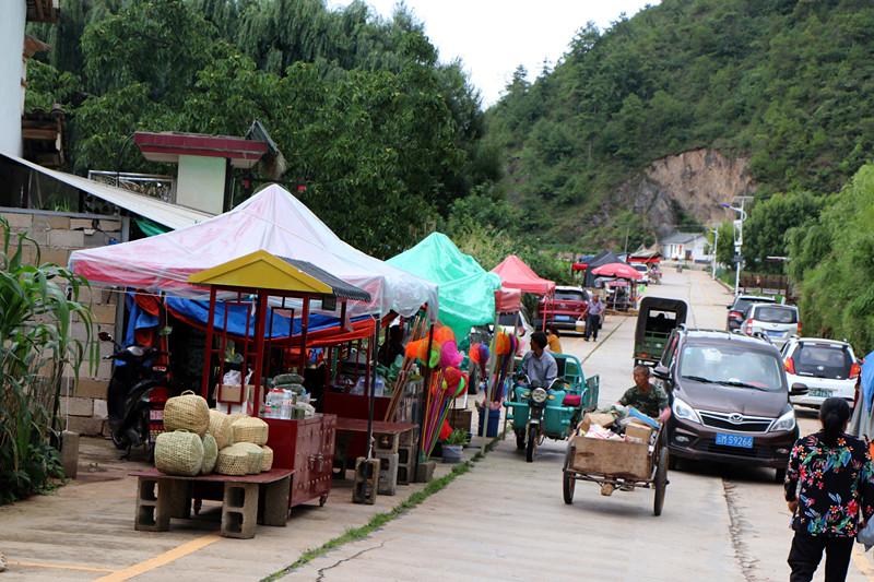 7月3日,在山邑社区,村民在沪滇帮扶的小餐饮车上售卖农特产品.JPG