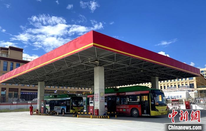 8月3日,中国石油天然气股份有限公司天然气销售青海分公司负责建设的西藏拉萨开发区加气站液化天然气(LNG)加注功能改造项目顺利投运,成为西藏自治区首座具备LNG加注功能的加气站,填补了拉萨市车用LNG的空白。图为西藏拉萨开发区加气站液化天然气(LNG)加注功能改造项目顺利投运。 <a target='_blank' href='http://www.chinanews.com/'>中新社</a>发 关顺伟 摄