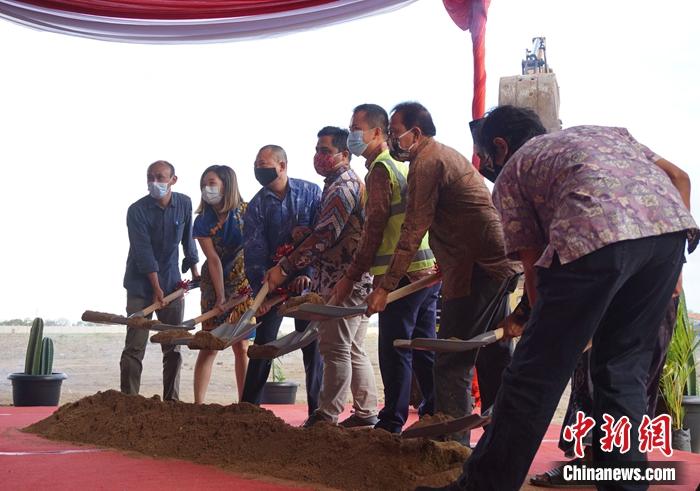 10月5日下午,由中国上海中建海外公司承建的博菱科技印尼小家电产业园项目在印尼三宝垄肯德尔工业园区开工。 赵业保 供图