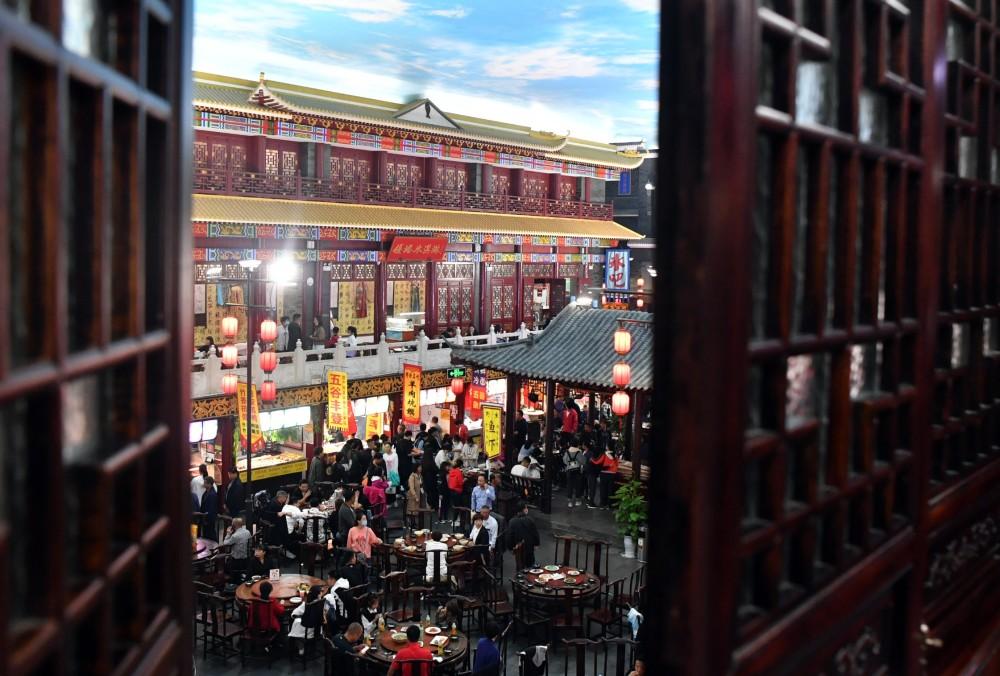 10月2日,游客在开封小宋城内品尝小吃。(图源:新华社).jpg