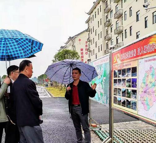 沅陵县易地搬迁太安社区负责人向有关领导汇报安置情况(梅淑娥 摄)_1.jpg