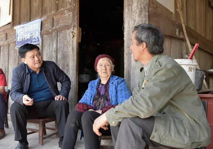 沅陵县委书记钦代寿(左一)到群众家走访。(梅淑娥 供图).jpg