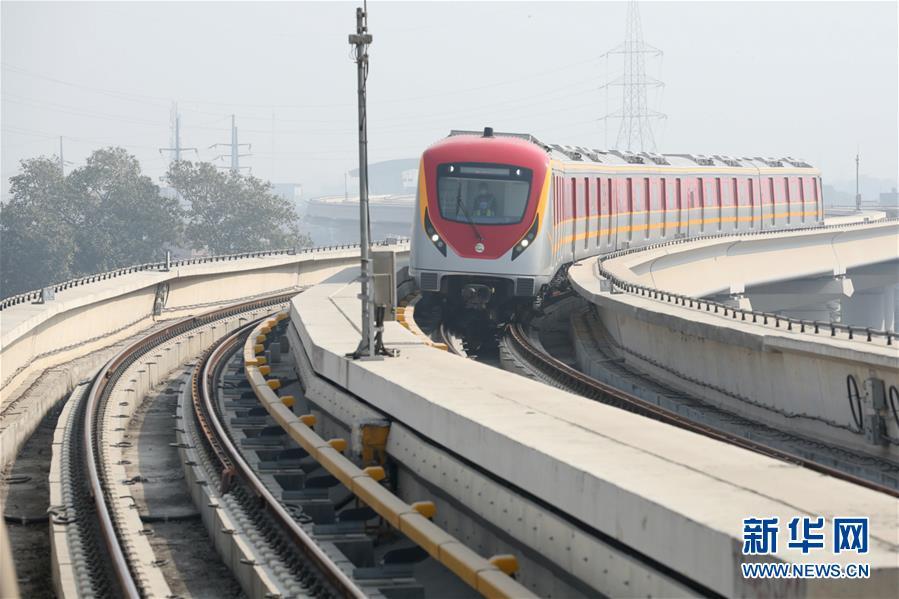这是10月24日在巴基斯坦拉合尔拍摄的调试中的拉合尔轨道交通橙线项目。新华社.jpg