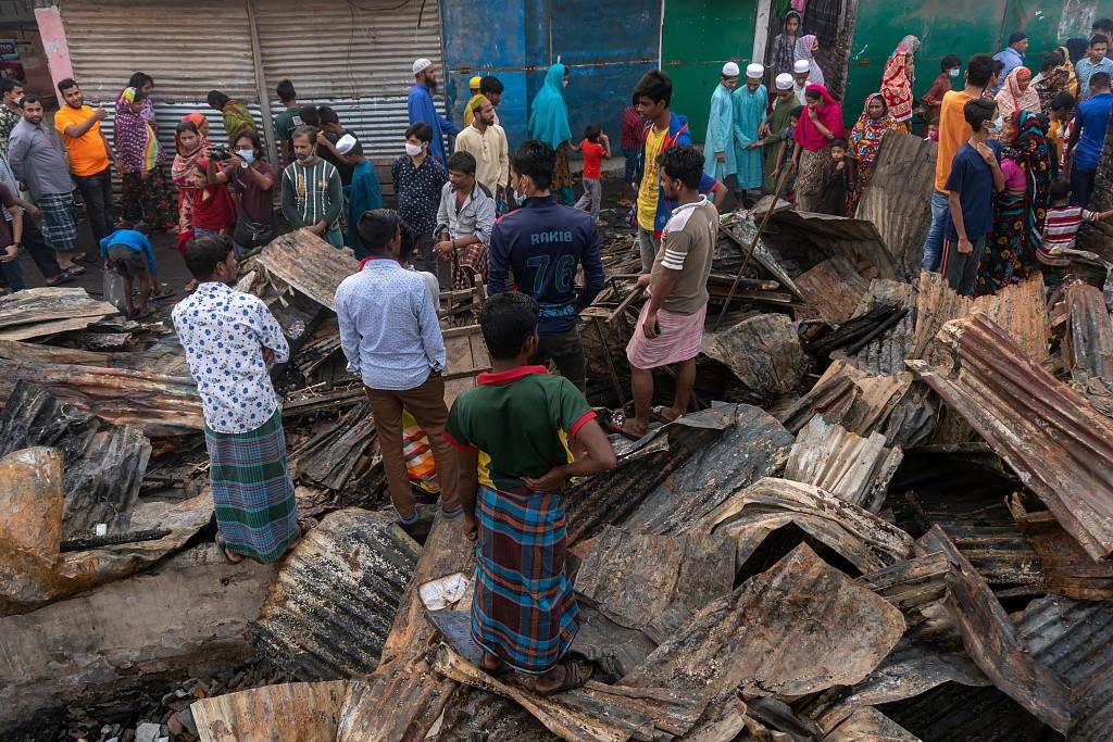 孟加拉国贫民窟发生火灾 居民面对废墟失声痛哭