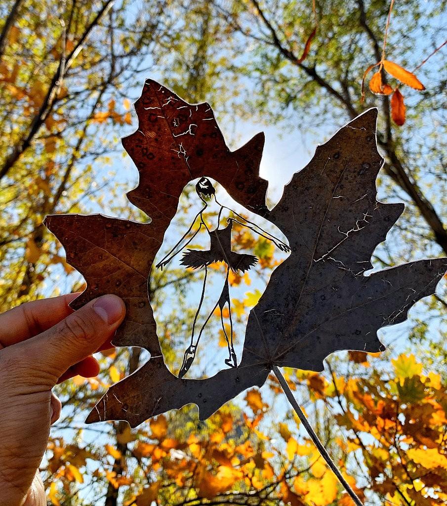 哈萨克斯坦男子巧手雕刻树叶 脆弱叶片化身精美艺术品