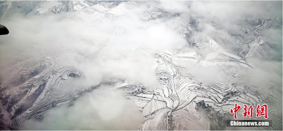 """俯瞰黄土高原云海雪山 """"五线谱""""梯田环绕山谷"""
