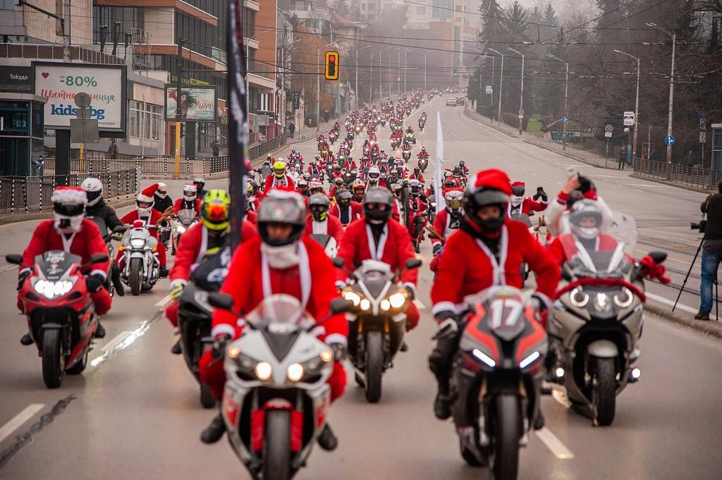 """圣诞老人骑摩托?保加利亚举行年度""""圣诞老人""""机车巡游"""