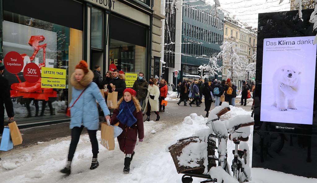 瑞士将加强疫情防控 民众冒风雪排队购物