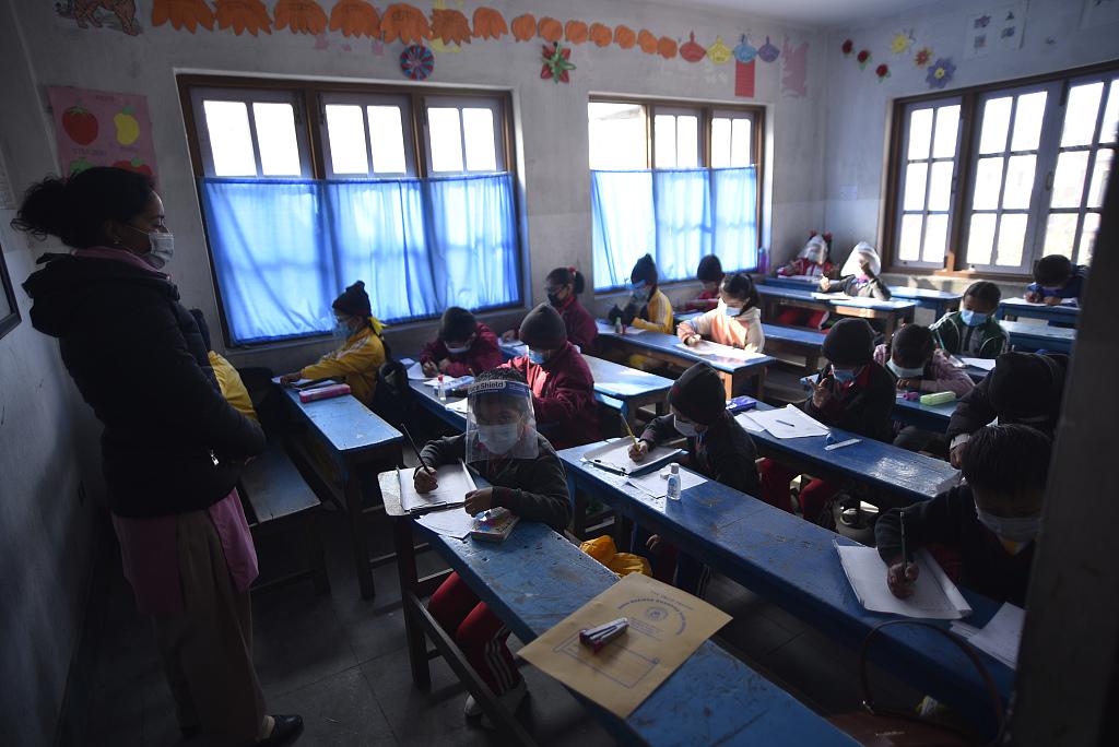 尼泊尔加德满都小学生返校 佩戴口罩做好防护回到教室