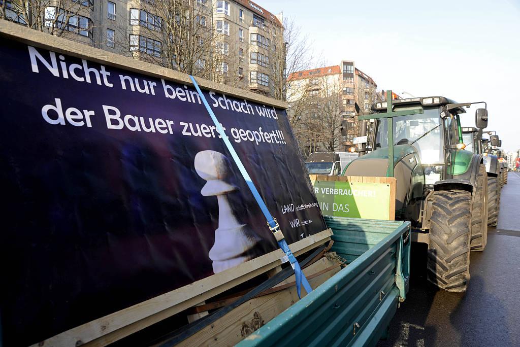 德国农民开拖拉机齐聚柏林街头 抗议政府环保提议及农业新政
