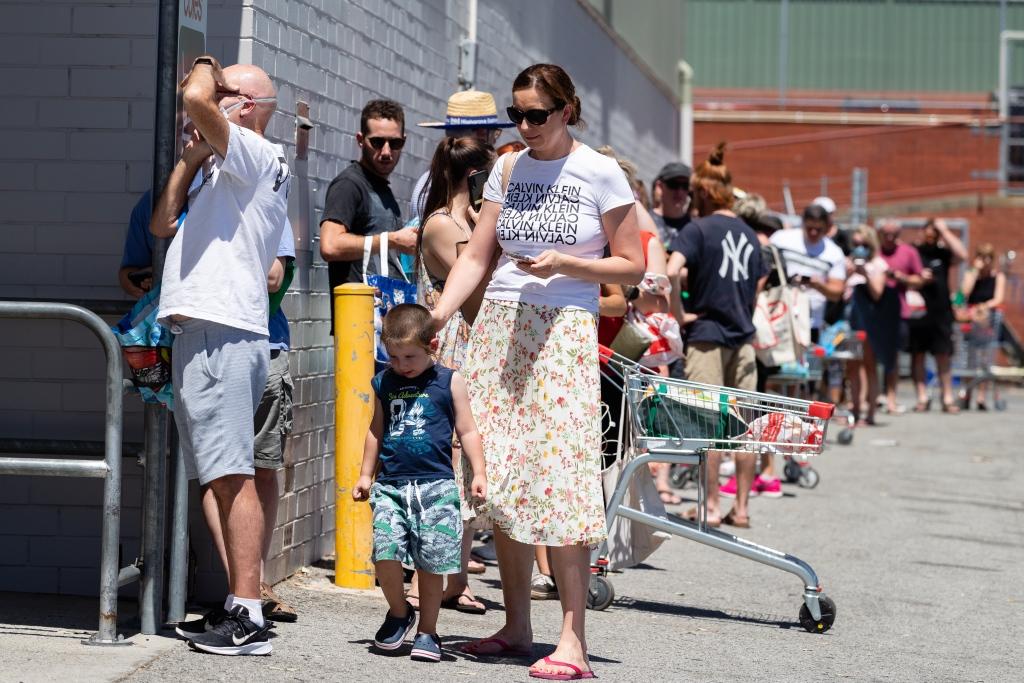 澳大利亚珀斯因新冠疫情封锁 民众排队囤积食品