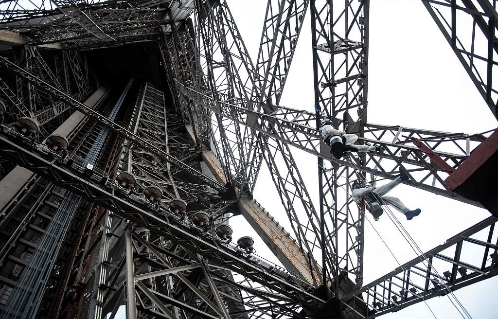 埃菲尔铁塔进行粉刷修复