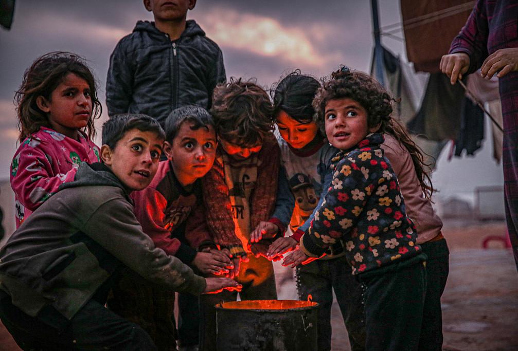 叙难民营孩童围炉取暖