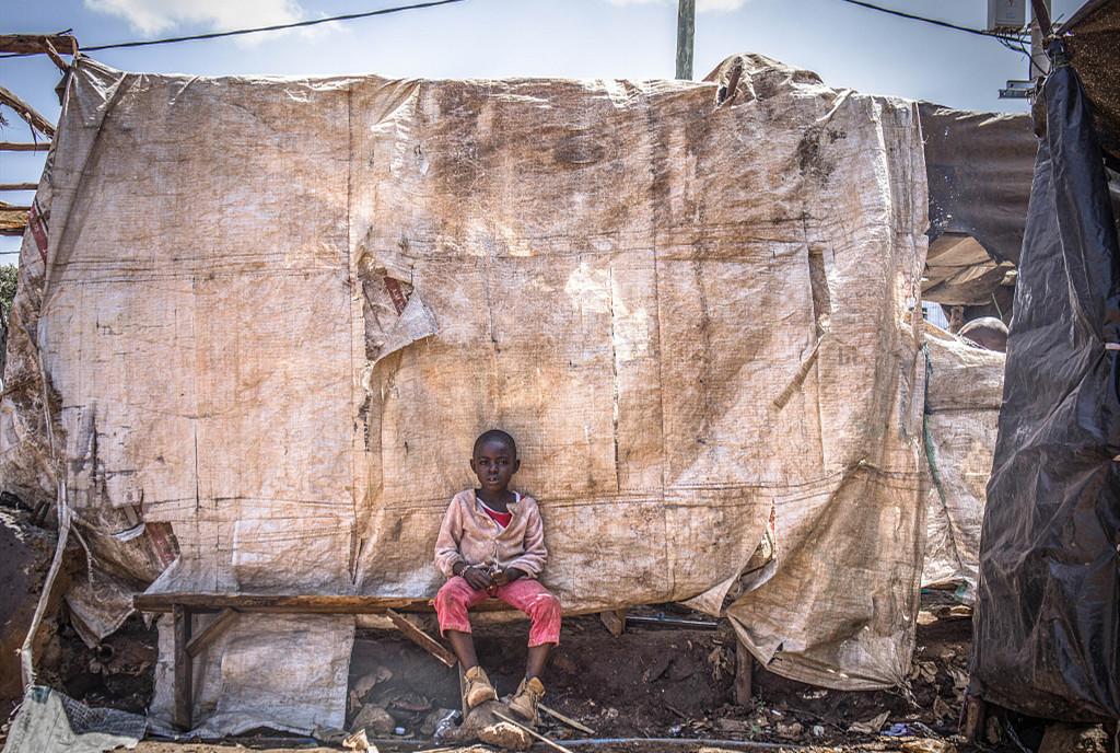 非洲贫民窟用编织袋建房