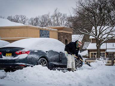 冬季风暴袭击美国东海岸地区 上千次航班被取消
