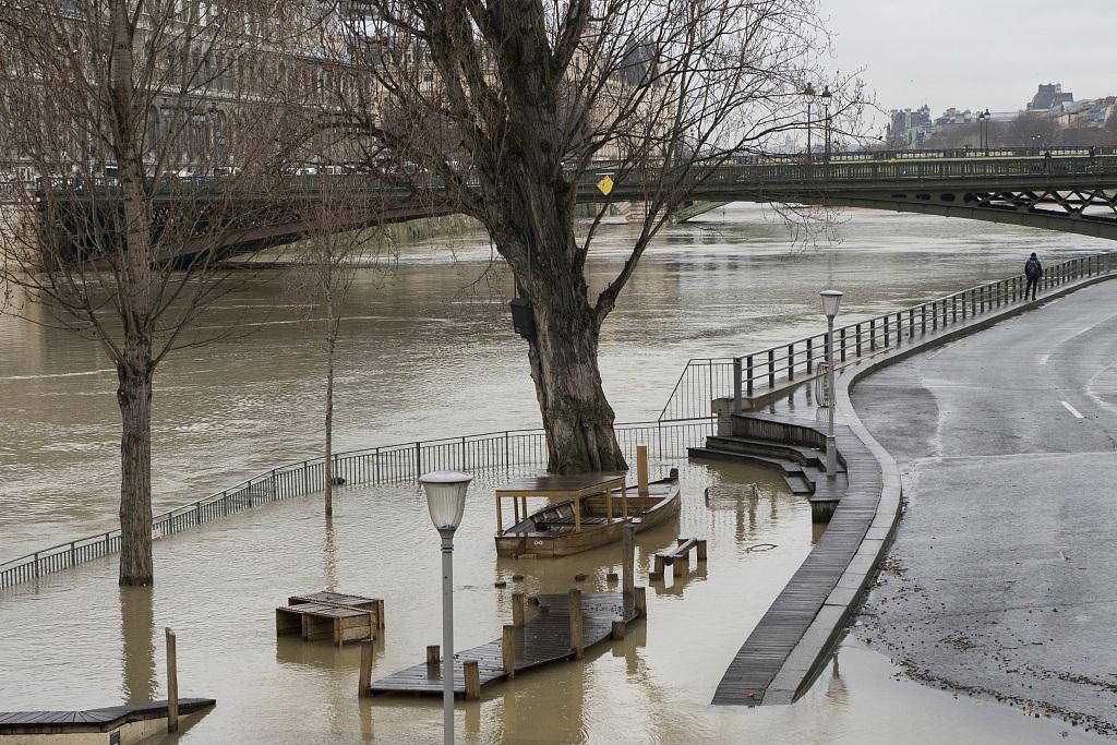 """来巴黎""""看海""""吗?连日降雨导致法国塞纳河水位持续上涨"""
