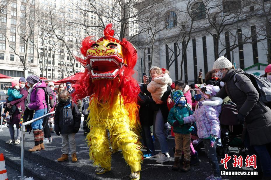 美国孩童触摸舞狮感受中国传统民俗文化