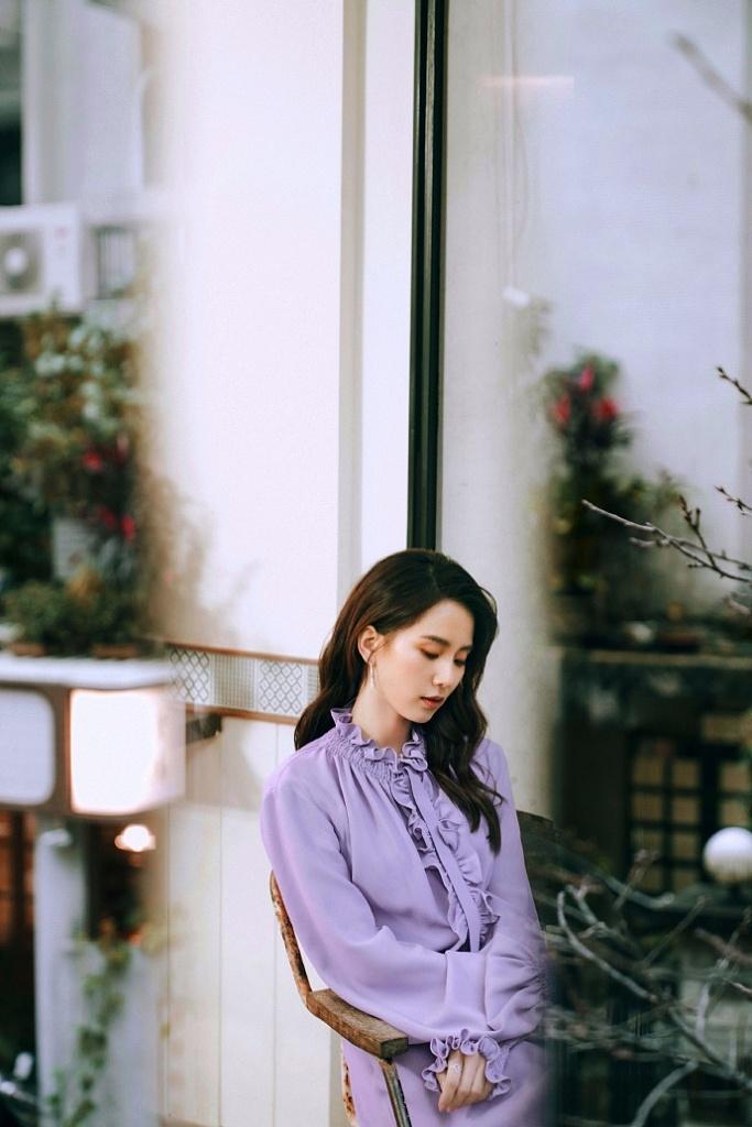刘诗诗紫色连衣裙变氛围感美女 长卷发披肩温婉美丽尽显优雅气质